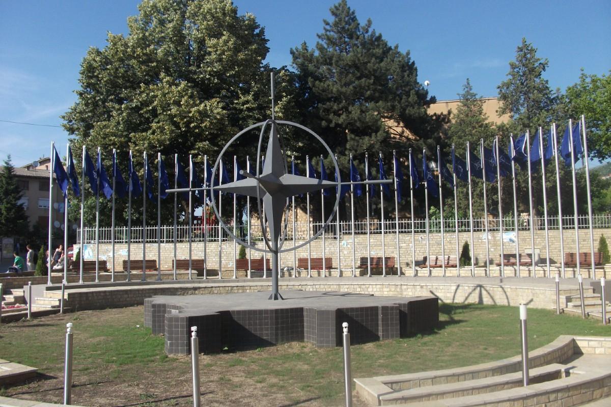 Spomenik NATO-u u Prizrenu (Foto: monumentbeta.files.wordpress.com)