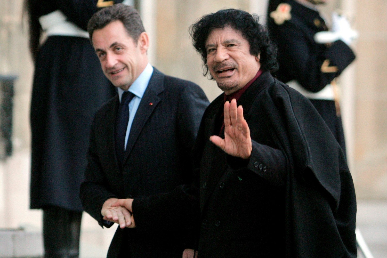 Bivši francuski predsednik Nikolas Sarkozi dočekuje libijskog lidera Muamera Gadafija ispred Jelisejske palate, Pariz, 12. decembar 2007. (Foto: EPA-EFE/Maya Vidon)