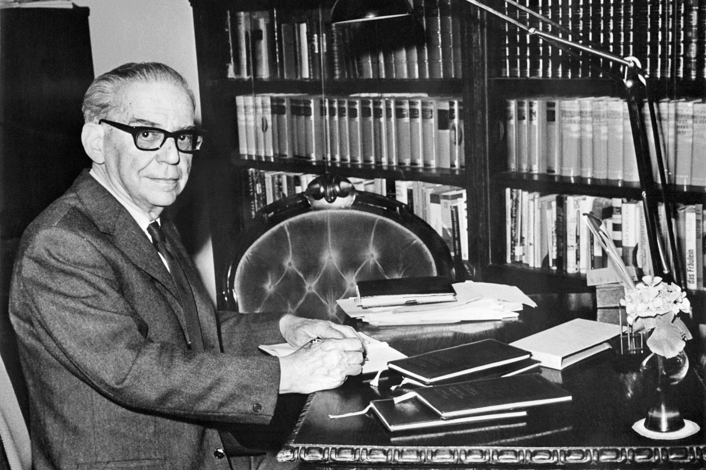 Ivo Andrić sedi za stolom u svom stanu u Beogradu tokom 1960-ih (Foto: AFP/Profimedia)