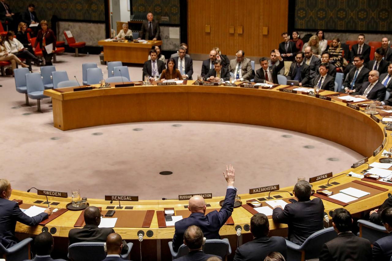 Руски амбасадор при УН, Василиј Нбензја, улаже вето на седници Савета безбедности Уједињених нација, Њујорк, 17. новембар 2017. (Фото: REUTERS/Brendan McDermid)