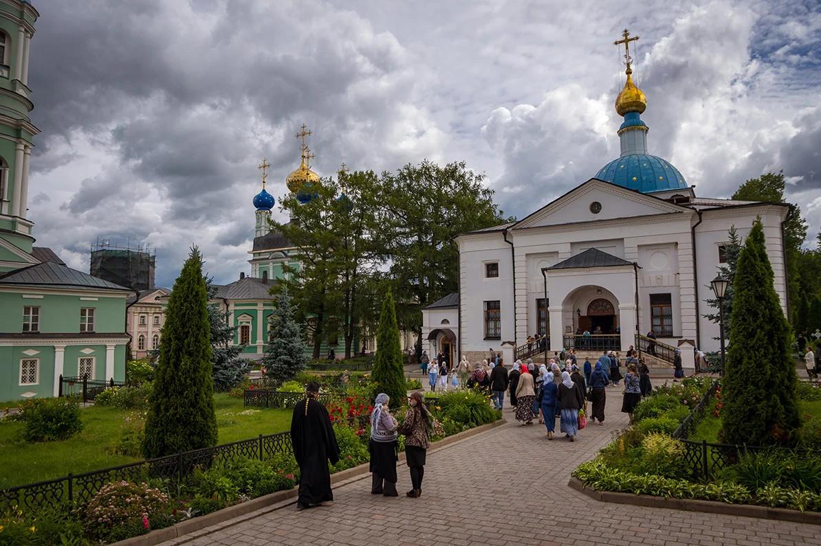 Monasi i vernici u manastiru Optina pustinja (Foto: yandex.ru)