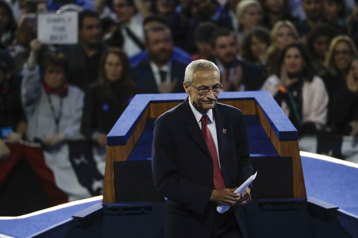 Šef kampanje Hilari Klinton nakon završetka govora na mitingu Demokratske stranke (Foto: Matt Rourke/AP Photo)