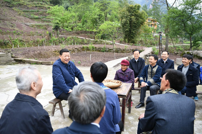 Кинески председник Си Ђинпинг у разговору са мештанима села Хуаши у близини Чонгћинга, 15. април 2019. (Фото: Xinhua/Xie Huanchi)