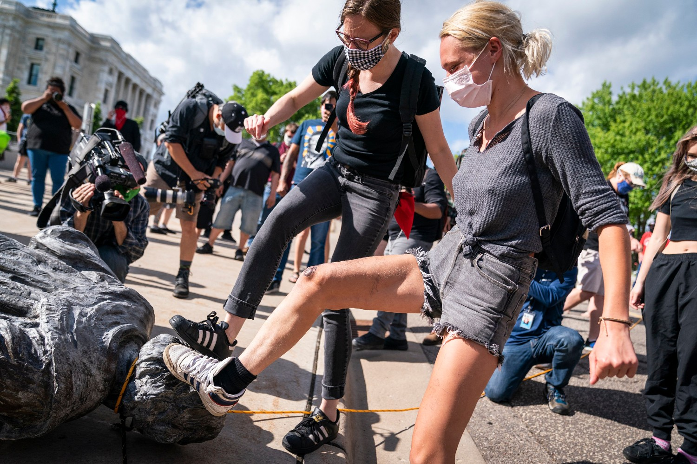 Demonstranti gaze oborenu statuu Kristofera Kolumba u Sent Polu, Minesota, 10. jun 2020. (Foto: Leila Navidi/Star Tribune via AP)