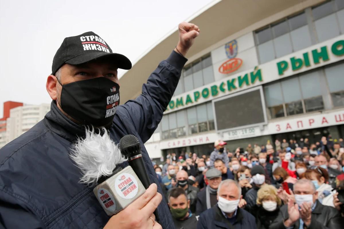 Opozicioni jutjuber Sergej Tihanovski sa svojim pristalicama u Minsku (Foto: Tatyana Zenkovich/EPA/TASS)
