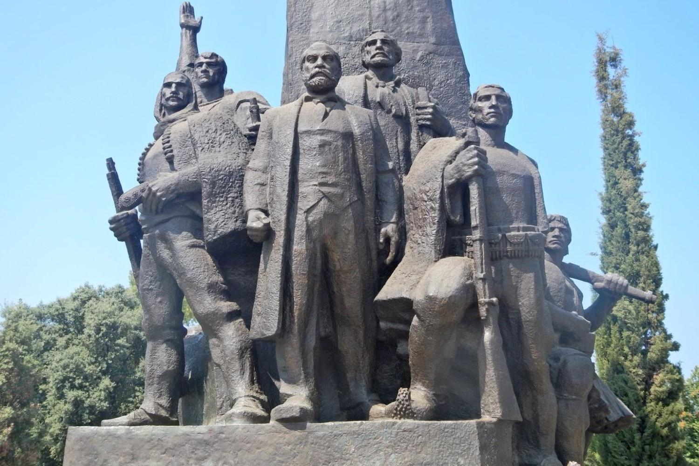 Споменик независности Албаније у Вљори који у средини приказује скулптуру Исмаила Кемаљија, вође албанског националног покрета и оснивача независне Албаније (Фото: Jerry Neill/Pinterest)