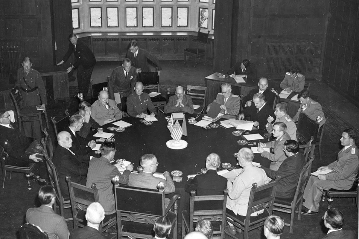 Staljin, Čerčil i Truman sa članovima svojih delegacija tokom otvaranja konferencije u Potsdamu, 15. jul 1945. (Foto: U.S. Army Signal Corps, Courtesy of Harry S. Truman Library)