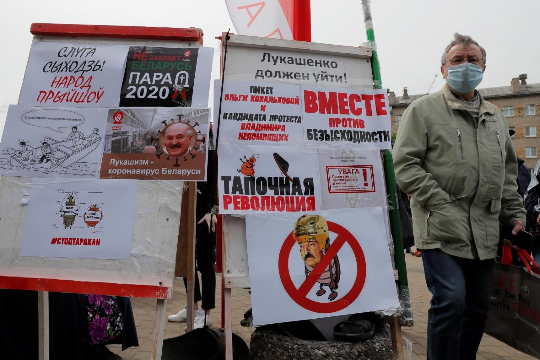 Plakati usmereni protiv Lukašenka tokom skupa podrške opozicionim političarima koji prikupljaju potpise za predsedničke izbore, Minsk, 24. maj 2020. (Foto: Reuters/Vasily Fedosenko)