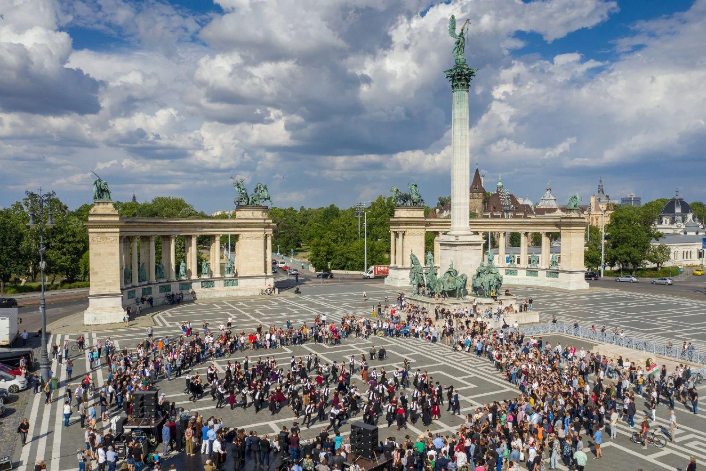 Građani Budimpešte narodnim plesovima na Trgu heroja obeležavaju godišnjicu Trijanonskog sporazuma (Foto: Balazs Mohai/EPA-EFE/Shutterstock)