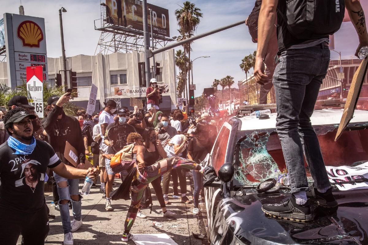 Demonstranti uništavaju policijski automobil tokom protesta zbog ubistva Džordža Flojda, Los Anđeles, 30. maj 2020. (Foto: Bryan Denton/The New York Times/Redux)