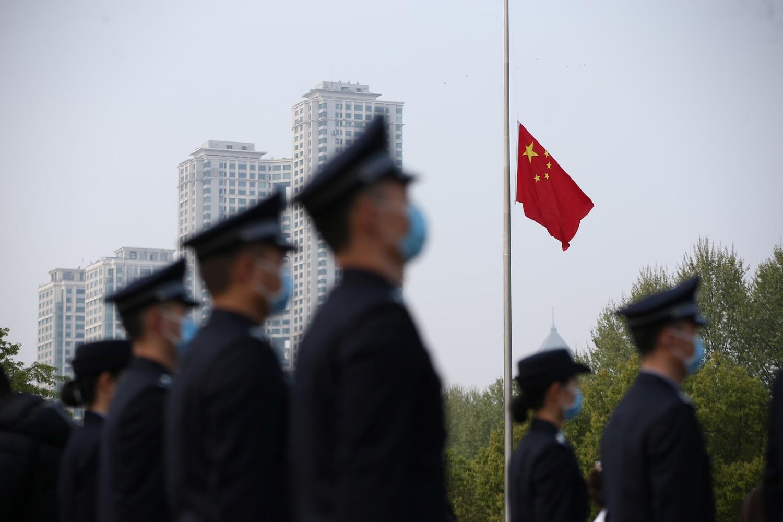 Pripadnici policije odaju počast preminulima od koronavirusa u Kini, Vuhan, 04. april 2020. (Foto: Zhang Zheng/China Daily)