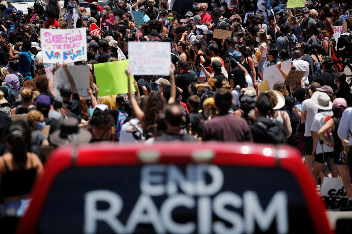 Demonstranti nose plakate protiv rasne diskriminacije tokom protesta zbog ubistva Džordža Flojda, Los Anđeles, 08. jun 2020. (Foto: Reuters/Mike Blake)