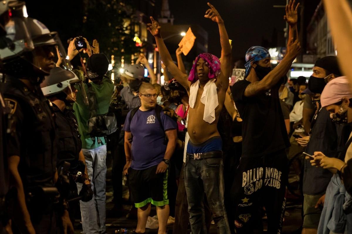 Demonstranti u sukobu sa policijom u Njujorku tokom protesta zbog ubistva Džordža Flojda (Foto: Xinhua/Rex/Shutterstock)