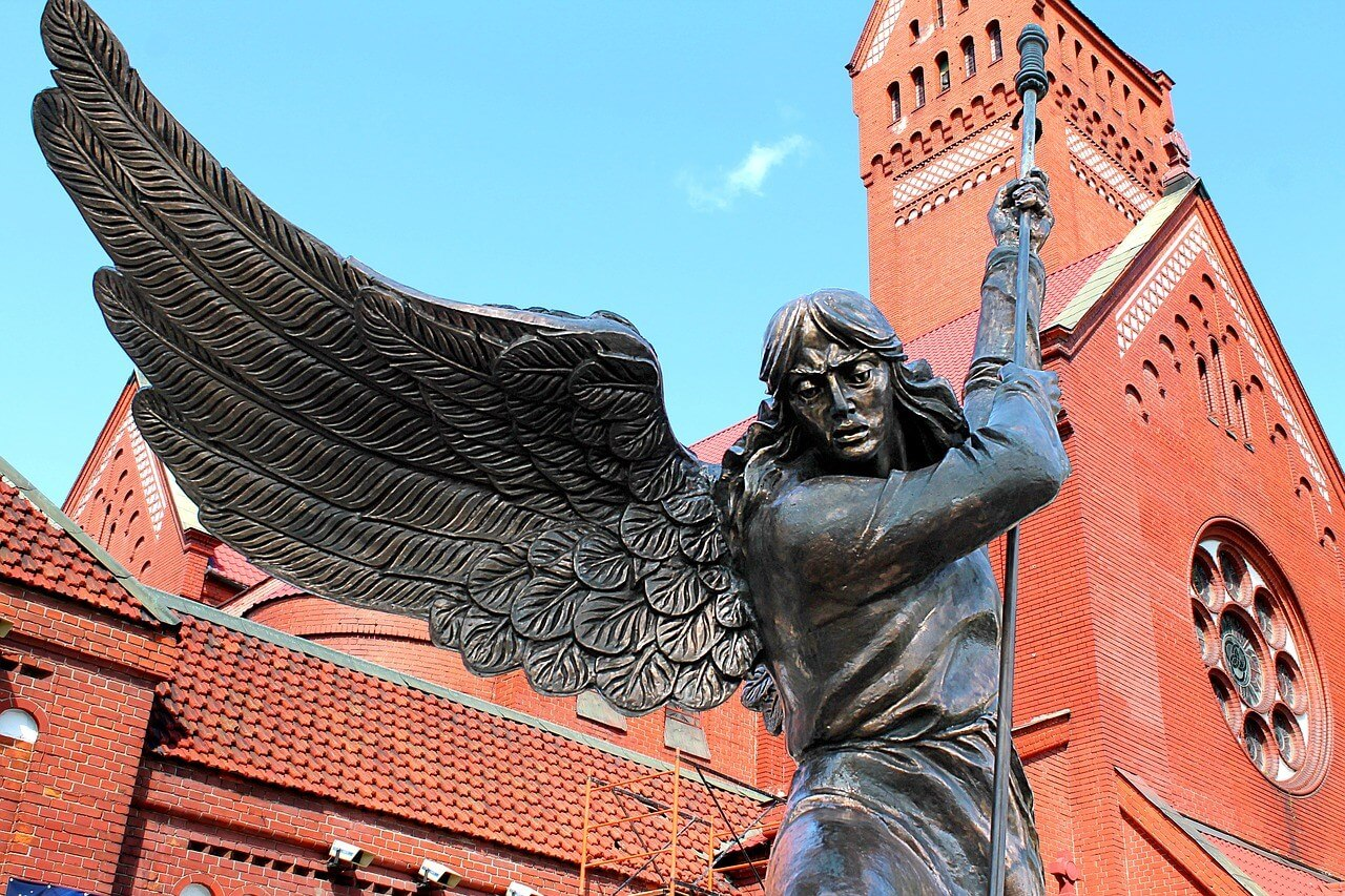 Statua arhangela Mihaila ispred Crkve Svetih Simona i Helene u Minsku (Foto: Pixabay)