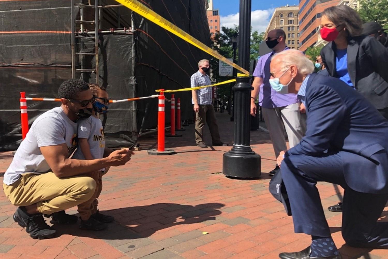 Demokratski predsednički kandidat i bivši američki potpredsednik Džozef Bajden kleči ispred devojčice i oca tokom protesta zbog ubistva Džordža Flojda u Vilmingtonu, Delaver (Foto: Reuters Images via Biden campaign)