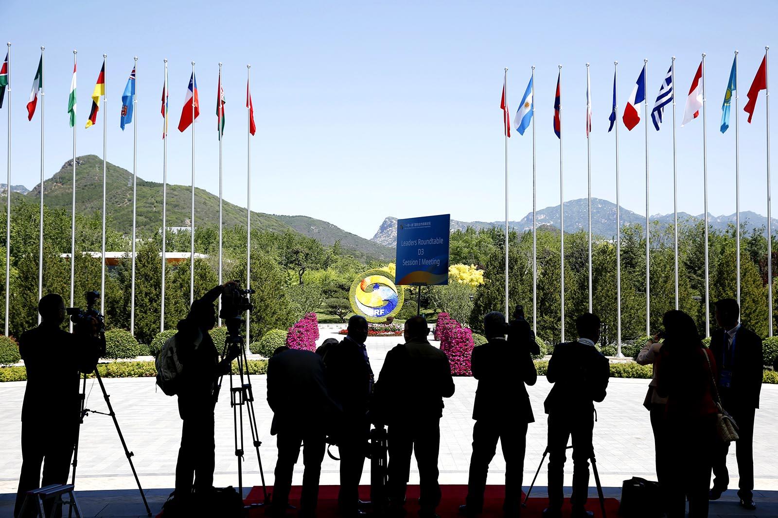 Новинари очекују госте испред места одржавања Форума појас и пут у Пекингу, 15. мај 2017. (Фото: Reuters/Thomas Peter)