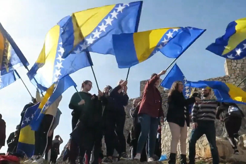 Грађани машу заставама Босне и Херцеговине током прославе Дана независности БиХ у старом граду Баглају, 29. фебруар 2020. (Фото: Снимак екрана/Јутјуб)