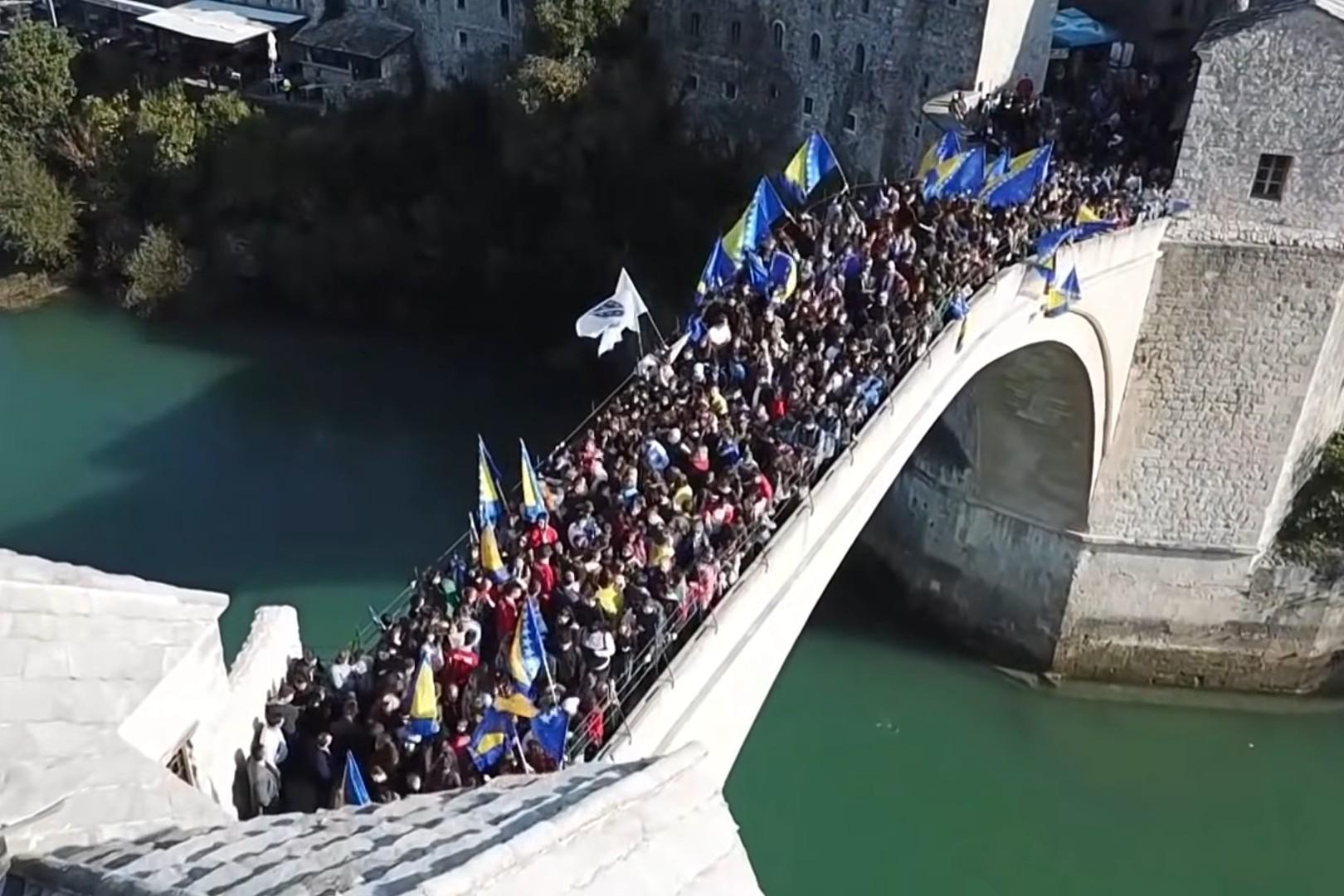 Грађани Мостара на чувеном мосту изнад Неретве прослављају Дан независности БиХ (Фото: Снимак екрана/Јутјуб)