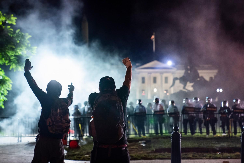 Demonstranti ispred kordona policije koji čuva Belu kuću tokom protesta povodom ubistva Džordža Flojda, Vašington, 30. maj 2020. (Foto: Jim Lo Scalzo/EPA)
