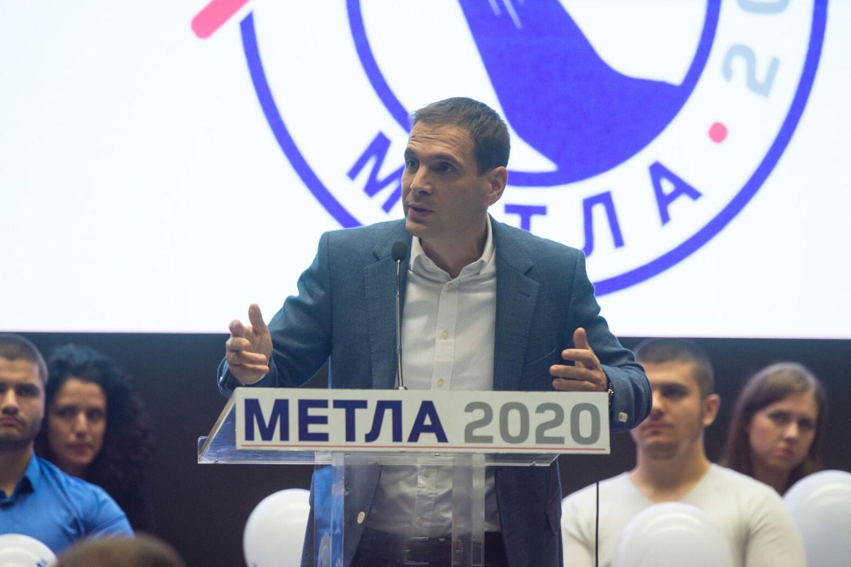 """Predsednik DSS-a Miloš Jovanović govori na osnivačkoj konvenciji pokreta """"Metla 2020"""" (Foto: metla.rs)"""