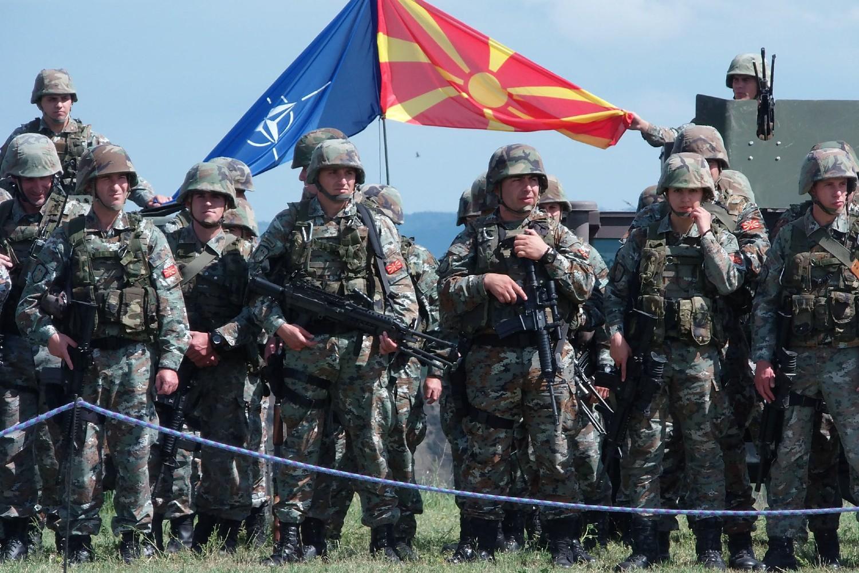 Pripadnici Armije Republike Severne Makedonije ispred makedonske i NATO zastave u kasarni Ilinden, Skoplje, 03. jun 2019. (Foto: arm.mil.mk)