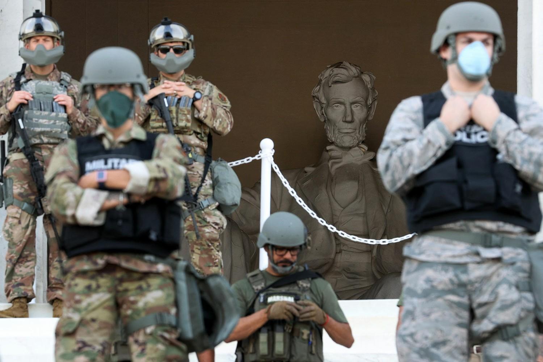 Припадници америчке Националне гарде обезбеђују Линколнов меморијални центар током протеста због убиства Џорџа Флојда, Вашингтон, 02. јун 2020. (Фото: Win McNamee/Getty Images)