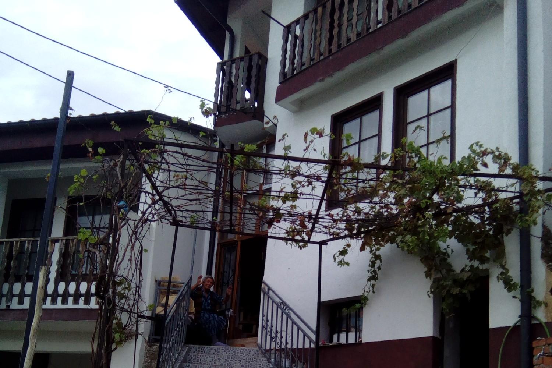 Jefka Ljakić ispred svoje kuće u Prizrenu (Foto: Janja Gaćeša/Novi Standard)