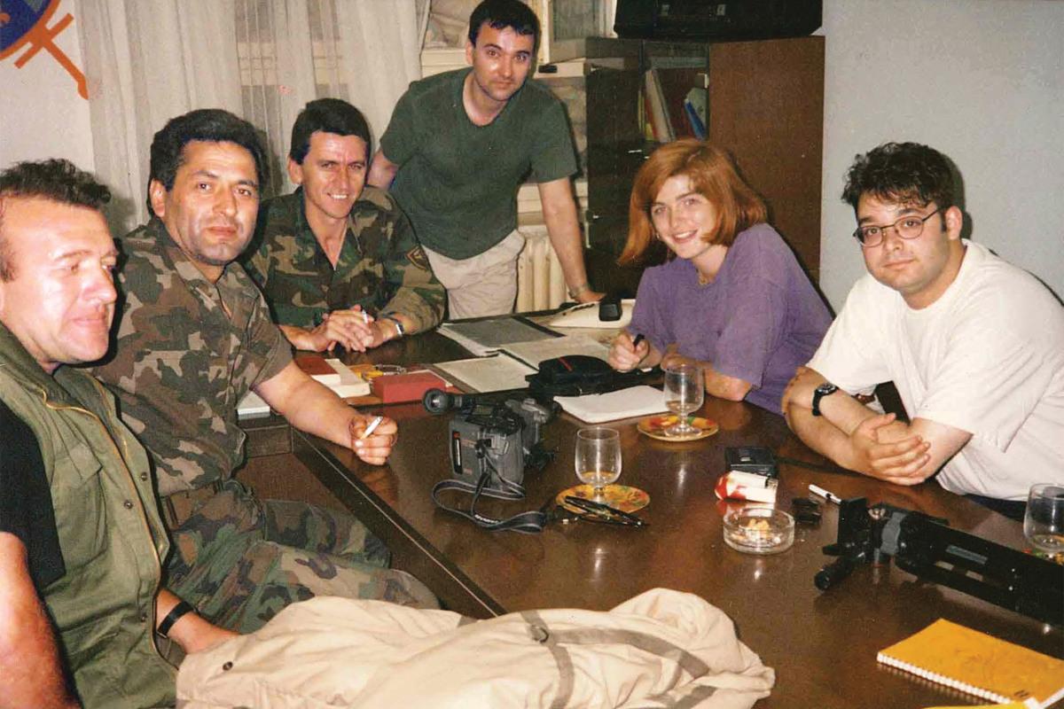 Samanta Pauer kao novinarka u razgovoru sa grupom bošnjačkih vojnih oficira u Bihaću tokom rata u BiH (Foto: Samantha Power)