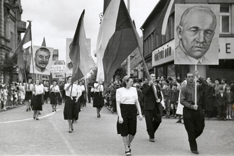 Komunističke pristalice sa zastavama Čehoslovačke i transparentima sa likovima Staljina, Edvarda Beneša i Klementa Gotvalda tokom jedne povorke u gradu Podjebradi, 1946. godine (Foto: Polabské muzeum)