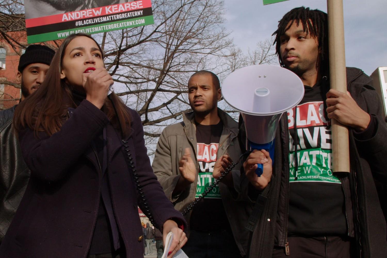 """Aleksandrija Okasio-Kortez sa članova pokreta Black Lives Matter New York (scena iz filma """"Knock Down the House"""") (Foto: Netflix)"""