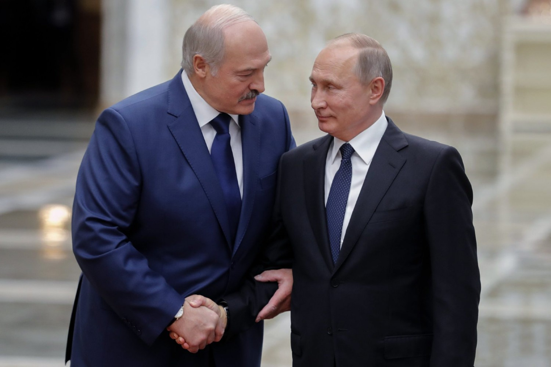 Predsednik Belorusije Aleksandar Lukašenko pozdravlja ruskog predsednika Vladimira Putina uoči samita ODKB-a, Minsk, 30. novembar 2017. (Foto: Mikhail Metzel/AFP/Getty Images)