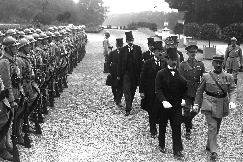 Članovi mađarske delegacije dolaze na potpisivanje Trijanonskog sporazuma u palatu Grand Trijanon u Versaju, 04. jun 1920. (Foto: Agence Rol/Wikimedia)