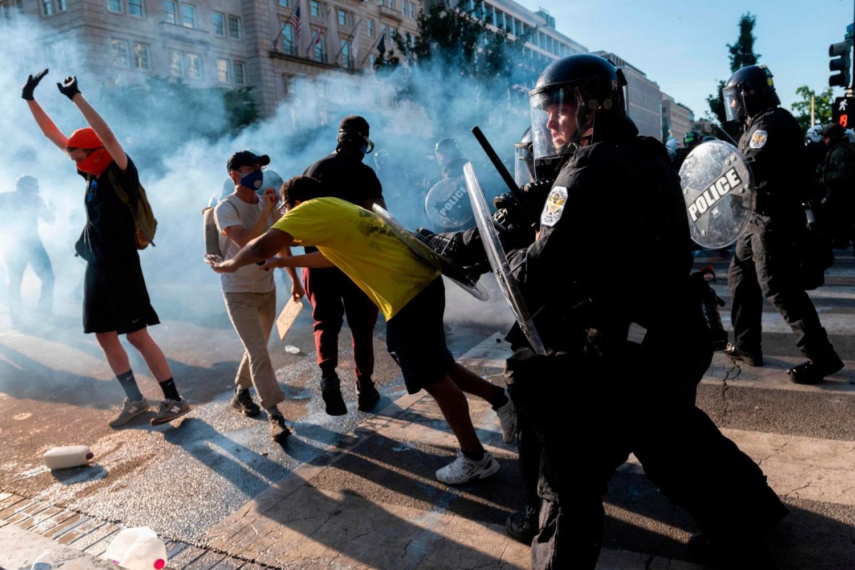 Pripadnici policije u sukobu sa demonstrantima nedaleko od Bele kuće, Vašington, 01. jun 2020. (Foto: Roberto Schmidt/AFP via Getty Images)
