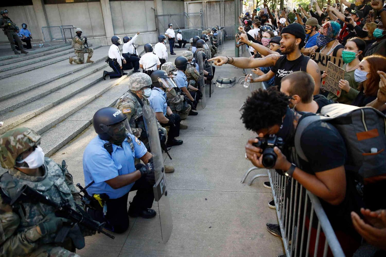 Pripadnici policije i Nacionalne garde u Filadelfiji kleče ispred sedišta policije tokom protesta zbog ubistva Džordža Flojda, 01. jun 2020. (Foto: AP Photo/Matt Slocum)