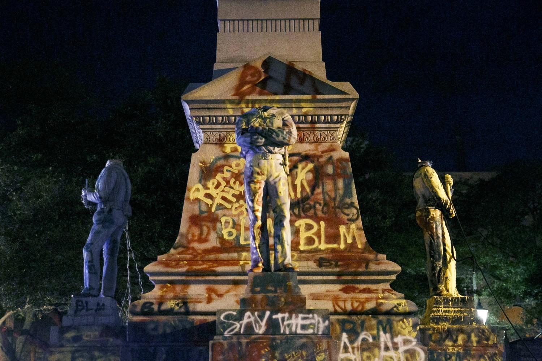 Obezglavljene i grafitima išarane statue na spomeniku Konfederaciji nakon protesta zbog ubistva Džordža Flojda, Portsmut, Virdžinija, 10. jun 2020. (Foto: Kristen Zeis/The Virginian-Pilot via AP)