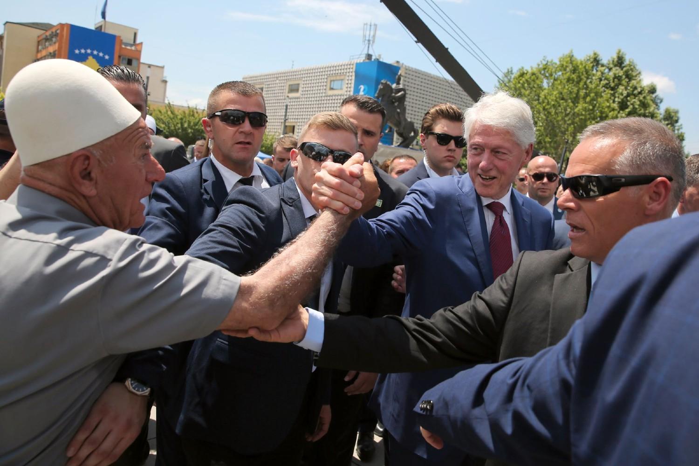 Косовски Албанац поздравља долазак бившег америчког председника Била Клинтона на обележавање двадесетогодишњице од уласка НАТО трупа на Косово и Метохију, Приштина, 12. јун 2019. (Фото: AP Photo/Visar Kryeziu)