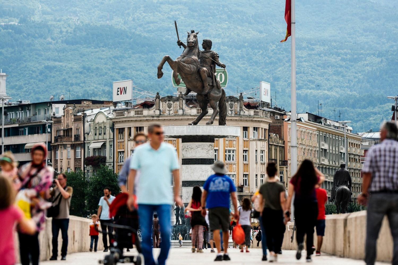 Građani Skoplja prelaze preko mosta u centru grada, 10. jun 2018. (Foto: Robert Atanasovski/AFP/Getty Images)