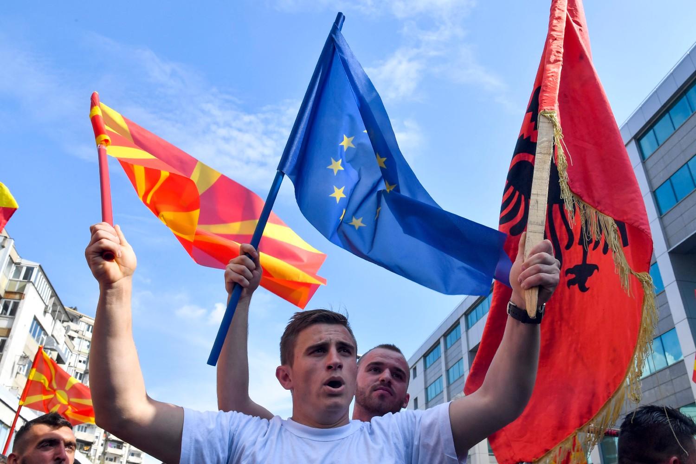 Građani Skoplja mašu zastavama Evropske unije, Severne Makedonije i Albanije (Foto: Georgi Licovski/EPA)