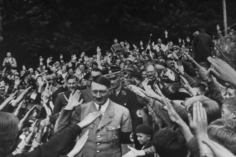 Okupljena masa ljudi nacističkim pozdravom dočekuje Adolfa Hitlera na jednom mitingu (Foto: Heinrich Hoffmann/The Life Pictures Collection/Getty Images)