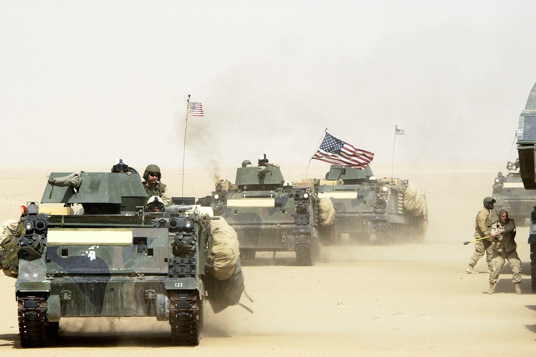 Konvoj oklopnih vozila američke vojske tokom vežbe u blizini iračke granice u severnom delu Kuvajta, 13. mart 2003. (Foto: Scott Nelson/Getty Images)