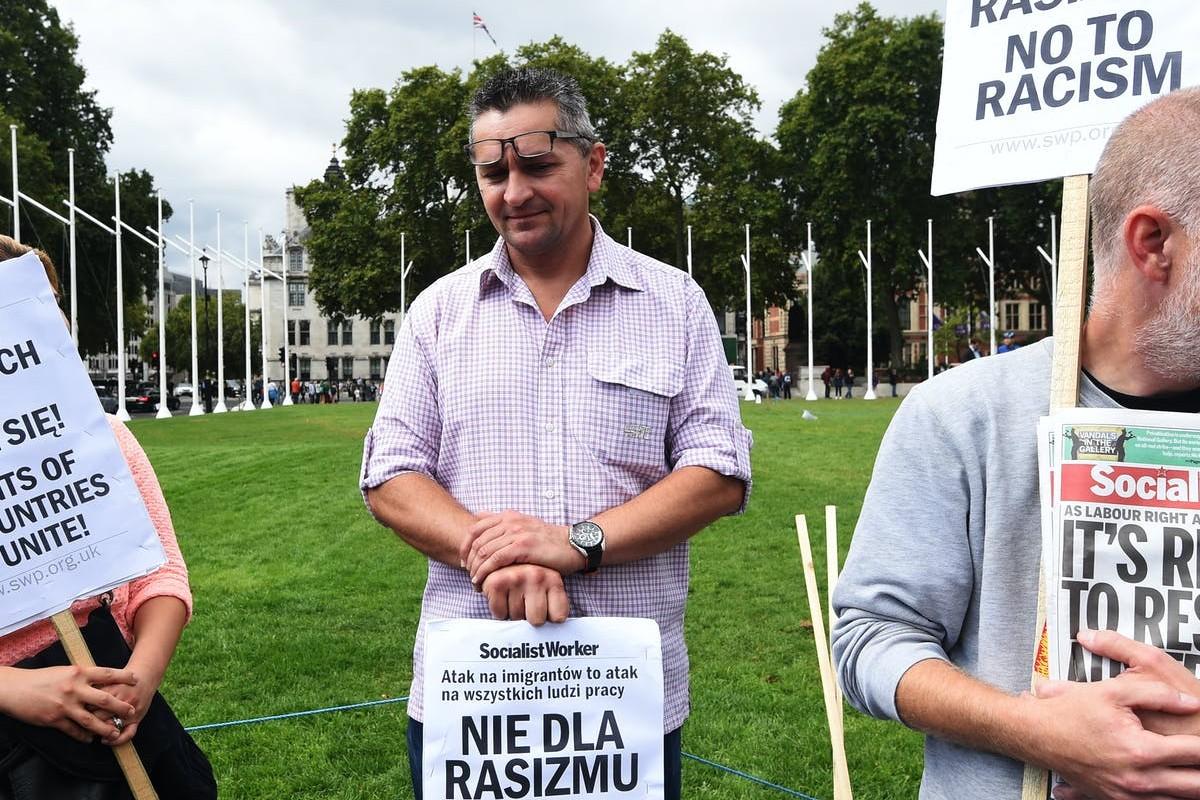 Poljski radnici u Velikoj Britaniji sa transparentima protiv rasizma (Foto: EPA/Facundo Arrizabalaga)
