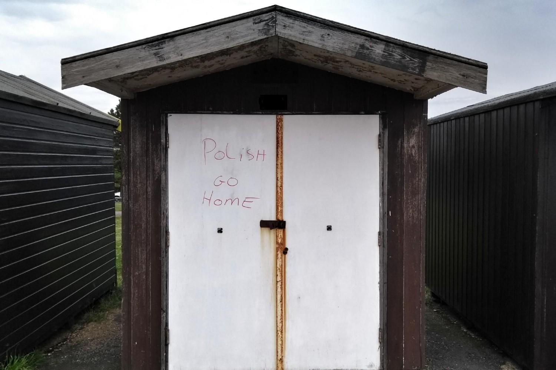 """Grafit """"Poljaci, idite kući"""" ispisan na kabini za preslvačenje na jednoj plaži u britanskom gradi Šiburines (Foto: Michael-john Jennings/Instagram)"""