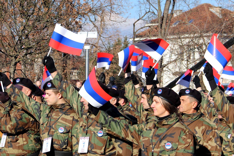 Pripadnici Vojske Republike Srpske za zastavama tokom obeležavanja Dana Republike Srpske, Banjaluka, 09. januar 2019. (Foto: Ministarstvo odbrane Republike Srbije)