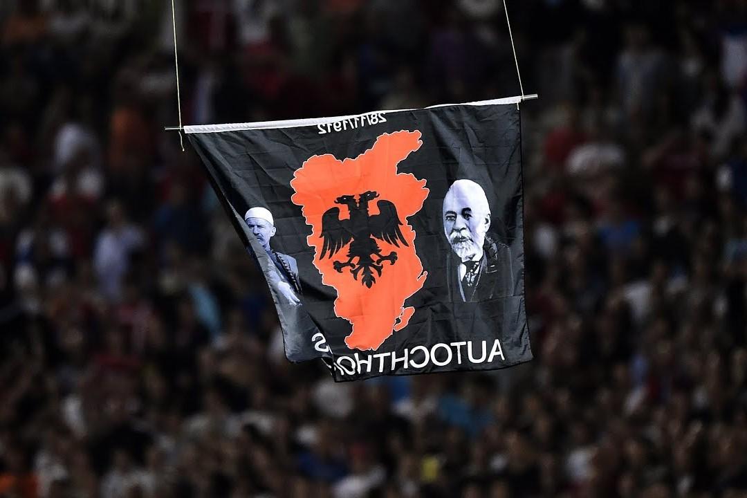 Застава са мапом Велике Албаније прикачена на дрон којим је прекинута фудбалска утакмица између Србије и Албаније 2014. године у Београду (Фото: Снимак екрана/Јутјуб)