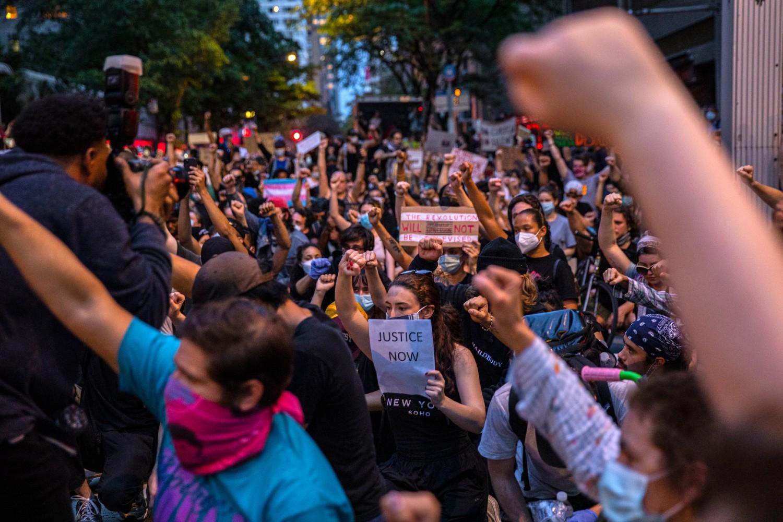 Demonstranti u Njujorku protestuju zbog ubistva Džordža Flojda (Foto: Hiroko Masuike/The New York Times)