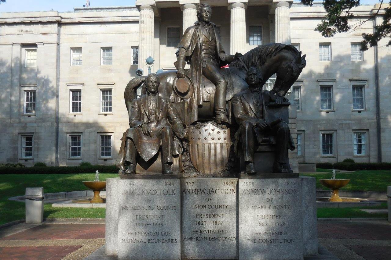 Spomenik ispred Kapitola u Severnoj Karolini na kome su prikazane statue američkih predsednika Džejmsa Polka, Endrjua Džeksona i Endrjua Džonsona (Foto: presidentsusa.net)