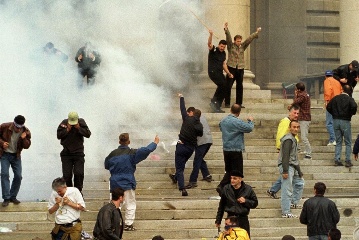 Demonstranti zasipaju kamenicama Narodnu skupštinu tokom protesta protiv Slobodana Miloševića, Beograd, 05. oktobar 2000. (Foto: Profimedia)