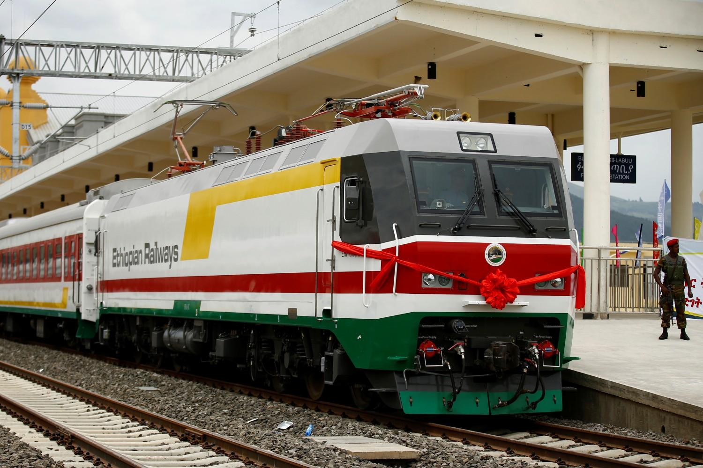 Припадник оружаних снага Етиопије надгледа отварање нове железничке линије између Адис Абебе и Џибутија, Адис Абеба, 05. октобар 2016. (Фото: Reuters/Tiksa Negeri)