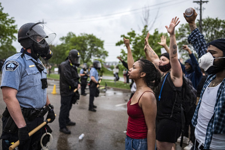 Demonstranti protestuju protiv policije zbog ubistva Džordža Flojda, Mineapolis, 26. maj 2020. (Foto: Tsong-Taatarii/Star Tribune via AP)