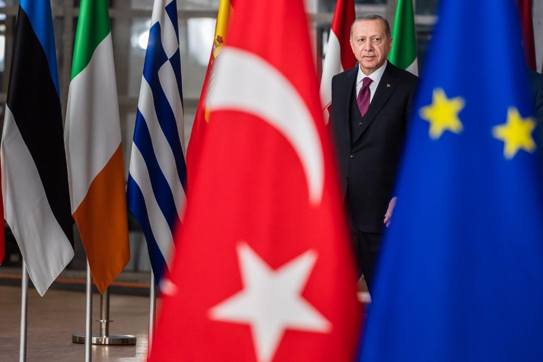 Redžep Tajip Erdogan prolazi pored zastava Turske i Evropske unije, Brisel, 09. mart 2020. (Foto: Bloomberg)